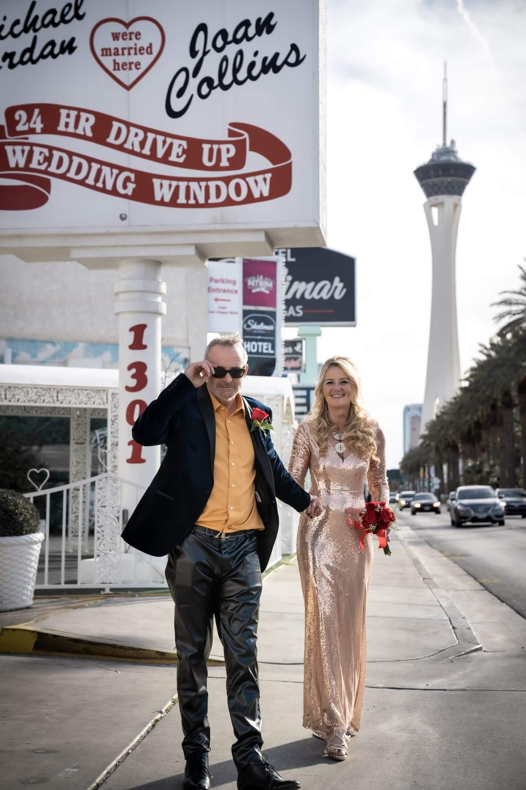 Photo d'un couple fraichement marié sur le strip à Las Vegas
