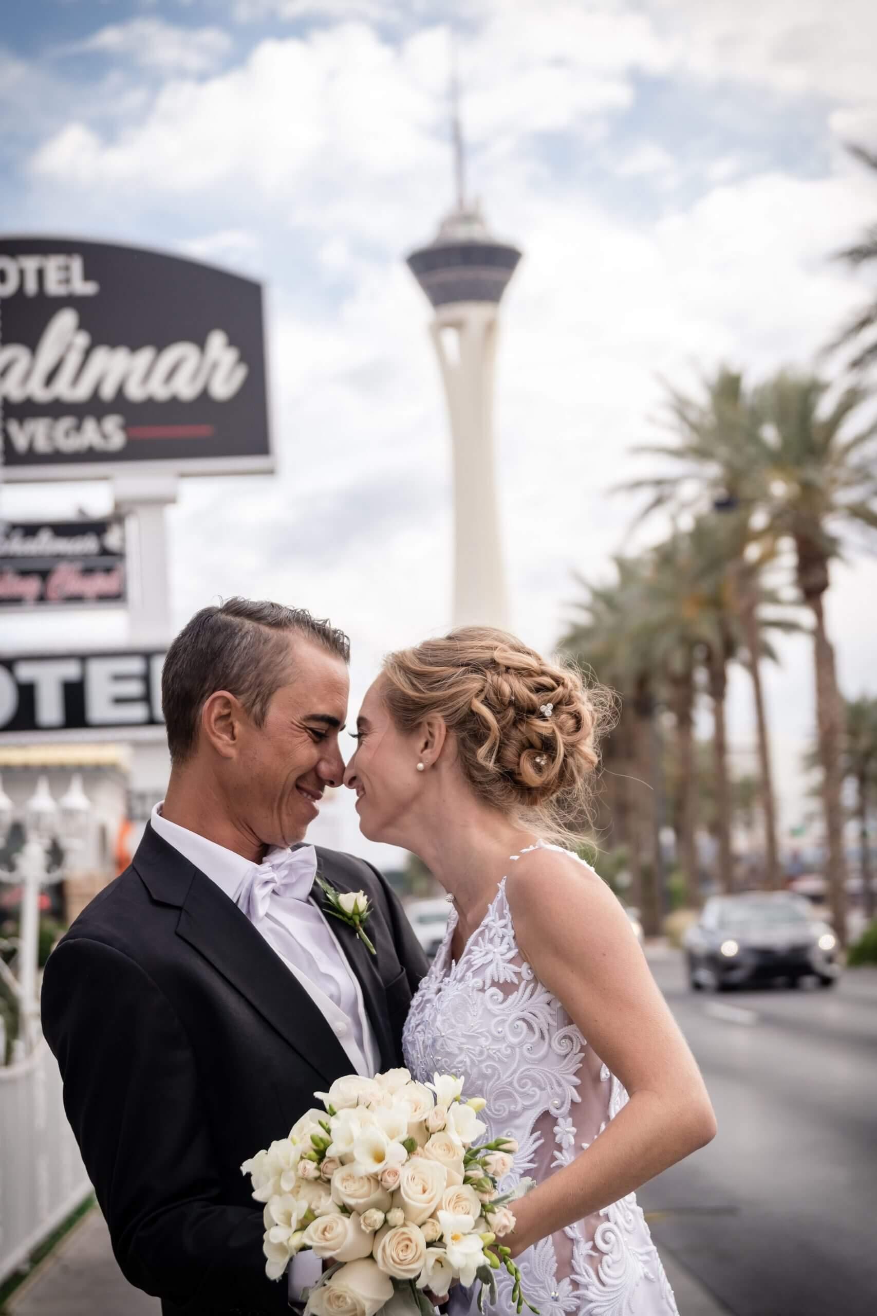 Couple souriant après s'être marié en chapelle à Las Vegas